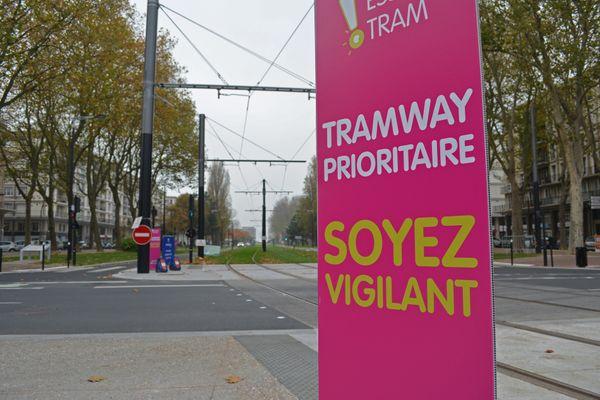 Le Havre : la ligne de tramway avenue Foch, entre l'hôtel de ville et la plage – Archives