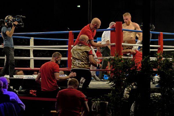 Maxime Beaussire regagne son coin après la fin du premier round.