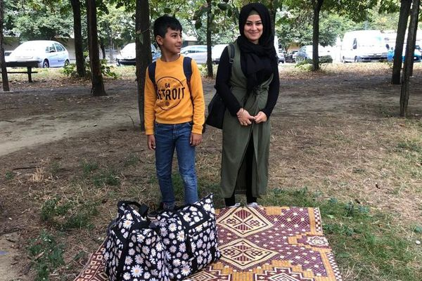 Muhamed et Nawal, deux collégiens d'origine syrienne de 11 et 15 ans, dorment dans la rue à Toulouse depuis 10 jours