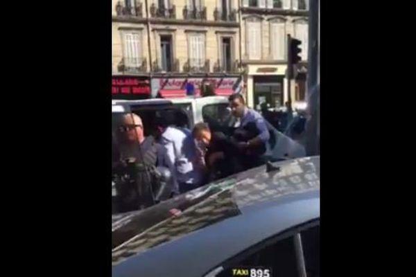 Une journée d'information pour les chauffeurs Uber dégénère à Marseille. Un chauffeur de taxi filme tout et le poste sur son profil Facebook
