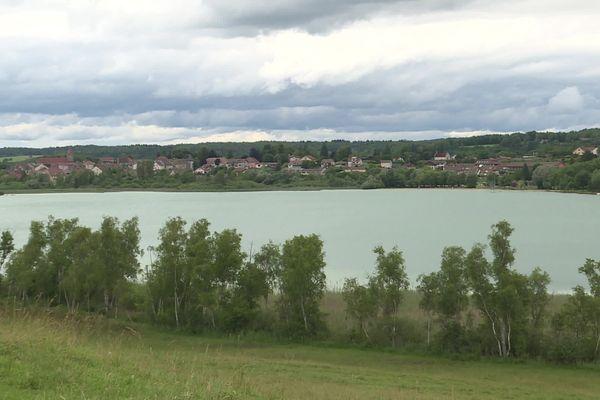 """La commune de Clairvaux-les-Lacs obtient depuis plus de 10 ans le label """"Pavillon Bleu""""."""