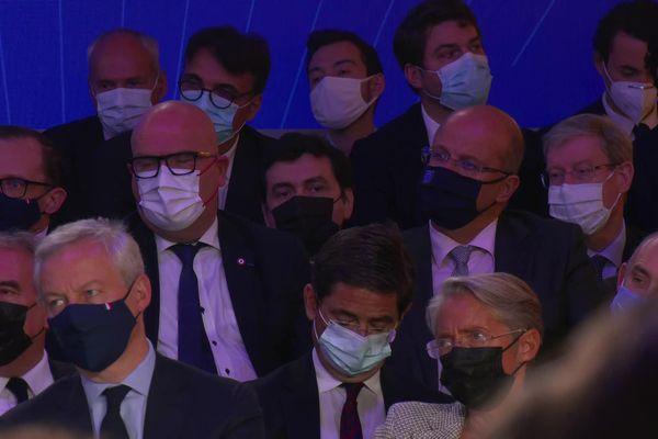 Le député européen Christophe Grudler (derrière la ministre Elisabeth Borne) écoute Emmanuel Macron à l'Elysée le 12 octobre 2021