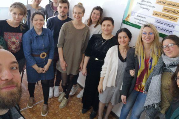 Arthur, entouré de ses amis et du personnel de l'école de Tachkent