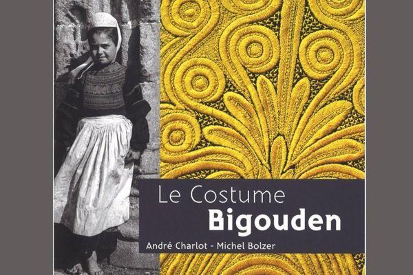 """""""Le Costume Bigouden"""", ul levr skrivet gant kêl Bolzer hag André Charlot, embannet gant Coop Breizh"""