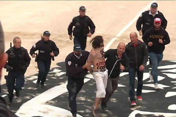 Arles : 2 anti-corrida sautent dans l'arène