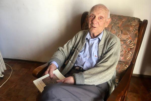 Robert Maestracci, chez lui, le 3 mai 2021. A 95 ans, il nous raconte sa deuxième guerre mondiale avant de recevoir la légion d'honneur le 8 mai prochain.
