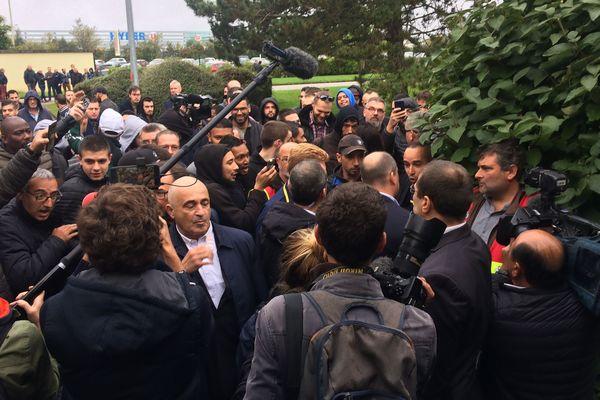 Les salariés de Michelin face à leur direction après l'annonce de la fermeture du site de La Roche-sur-Yon, le 10 octobre 2019
