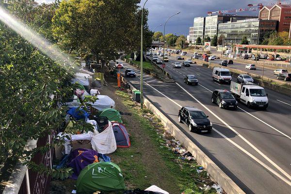 Des migrants porte d'Aubervilliers, au nord de Paris, en octobre 2019.