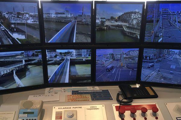 Depuis le poste de surveillance, tous les ouvrages portuaires sont contrôlés par écran interposés. 17 caméras veillent sur le trafic et les usagers.