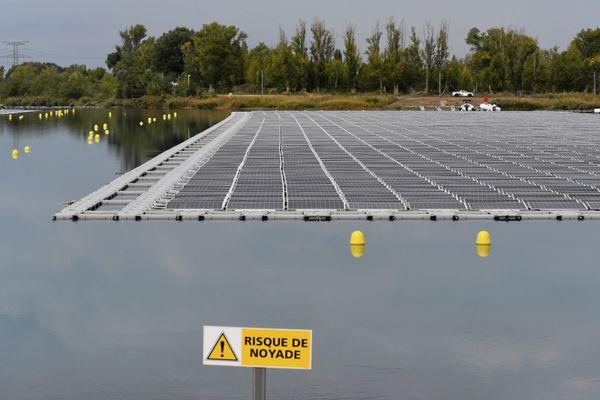 La plus grande centrale solaire flottante d'Europe est située à Piolenc, dans le Vaucluse.