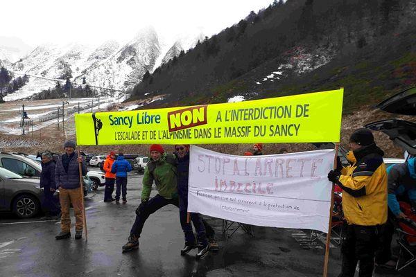 La colère gronde dans la réserve naturelle du Sancy prés du Mont-Dore (Puy-de-Dôme). Grimpeurs et escaladeurs manifestent le 28 avril contre l'interdiction de leur activité.