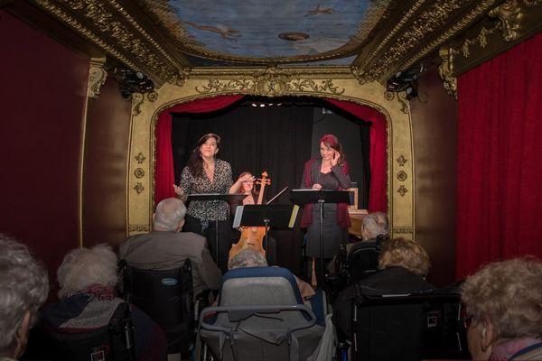 Une représentation pour les seniors dans l'OpéraBus.