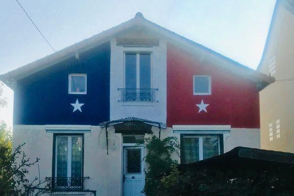 A Eaubonne, la façade de cette maison a été repeinte au lendemain de la victoire des Bleus, en juillet 2018.