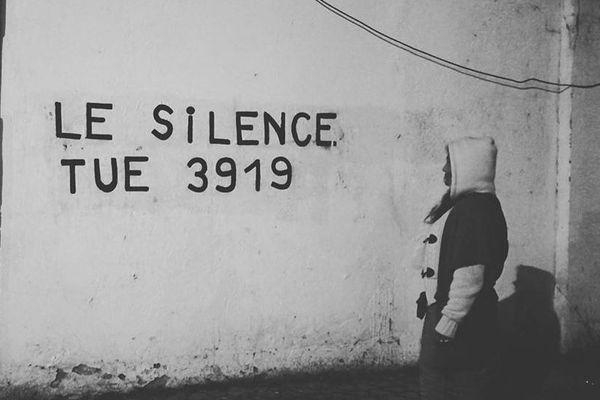 Le groupe « Collages Féminicides Ajaccio » vient de se créer. Ses membres, des femmes parfois victimes de violences conjugales, collent des affiches sur les murs de la ville pour dénoncer les féminicides.