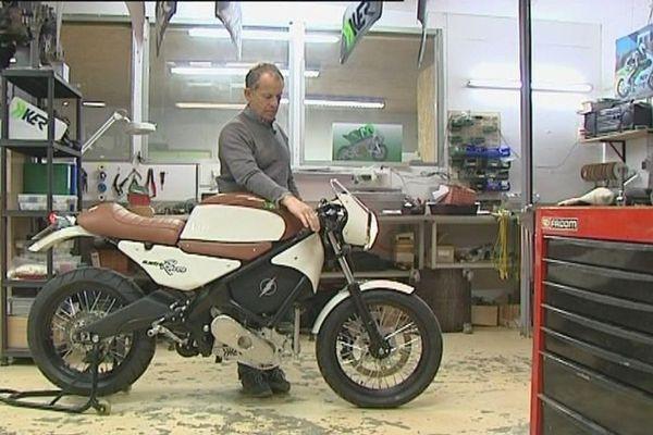 L'Electric Cafe Racer prise en main par Yvers Kerlo dans l'atelier H-KER au Coudray (Eure-et-Loir)