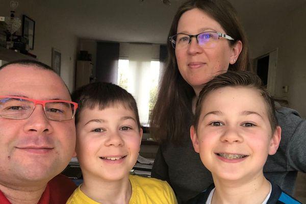 Ludovic, Carole et leurs deux enfants Lucas et Nathan sont confinés à leur domicile depuis 3 semaines.