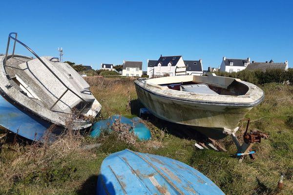 Ces bateaux de plaisance ne gâcheront plus le paysage sur le terrain du Lenn. Ils font partie des 17 évacués de l'île de Sein vers le continent.