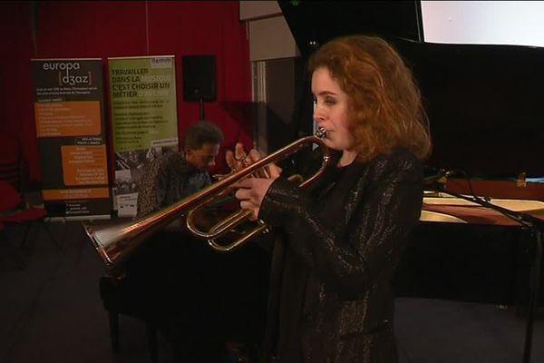 Lucienne Renaudin-Vary étrenne cette trompette d'un genre nouveau lors d'un concert à l'ITEMM au Mans.