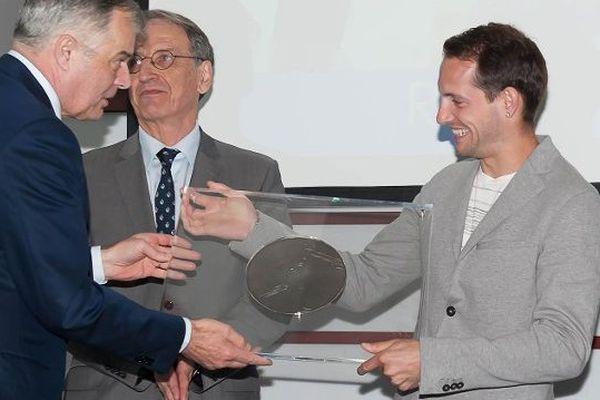 A Paris,,le 2 juin 2015, Renaud Lavillenie a reçu le Grand Prix 2014 de l'Académie des sports.