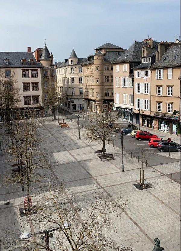 La place du Bourg désertée par son marché bihebdomadaire