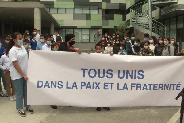 Des élèves musulmans et catholiques se sont rassemblés pour une cérémonie en hommage aux victimes des attentats récents, dans la cour de l'école Ibn Khaldoun.
