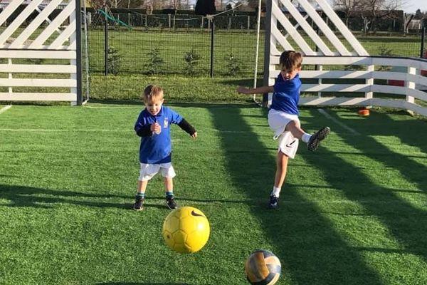 Les jeunes peuvent continuer à s'entraîner au football pendant le confinement grâce aux défis que leur lancent leurs éducateurs de l'entente Saint-Pourçain-Varennes, dans l'Allier.