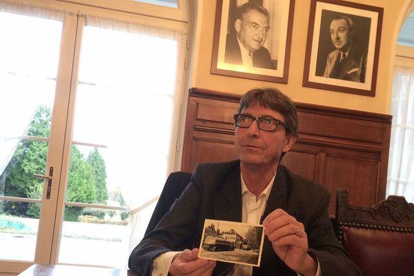 Michel Pïcoty, président du directoire de Picoty SA, entouré des photos de son père et son grand père.