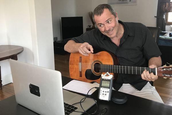 Jean-Luc Baldacchino, le chanteur de Méli-Mômes, donne rendez-vous aux enfants à 19h chaque jour sur Facebook pendant le confinement