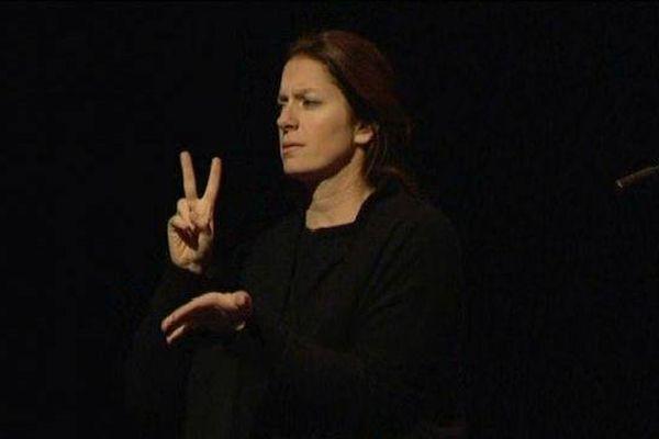 """Rachel Fréry, sur scène pour """"interpréter"""" des concerts en langue des signes"""
