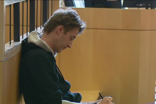 Le journaliste Gaspard Glanz, lors de son procès à Rennes.