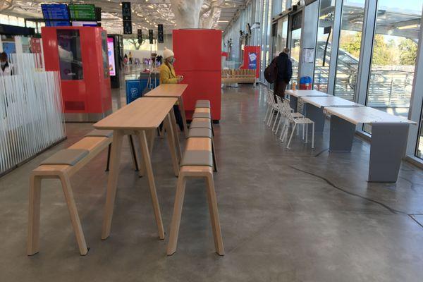 Des tables accessibles au public dans la gare de Nantes alors qu'à l'extérieur, les salles des restaurants doivent rester fermées. Sandra ne comprend pas.