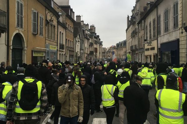 """Comme chaque samedi depuis trois mois, des """"gilets jaunes"""" ont pris la direction de la rue de la Préfecture samedi 2 février 2019."""