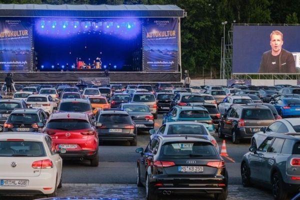 Un concert depuis sa voiture. En Allemagne, les spectacles se jouent déjà en drive-in avec le respect des règles sanitaires, comme ici à Hanovre, le 7 mai dernier.
