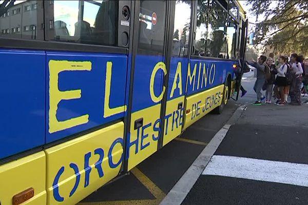 Le bus jaune et bleu et la mascotte de l'école