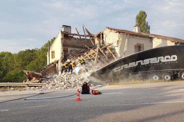 Un camion s'encastre dans une maison d'habitation, il y a plusieurs blessés dont l'occupant coincé sous les décombres.