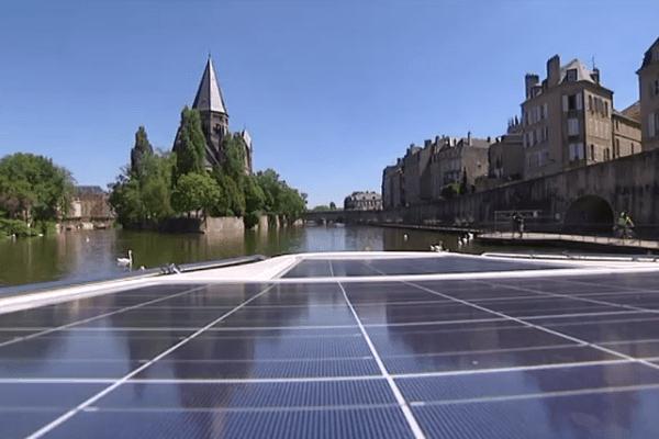Les panneaux solaires sont disposés sur le toit du bateau
