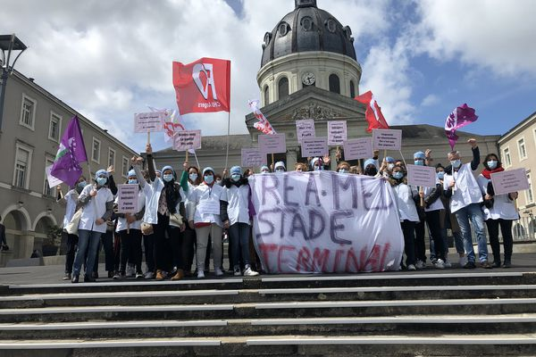 Manifestation des personnels du service de réanimation et soins intensifs du CHU d'Angers le 6 mai 2021