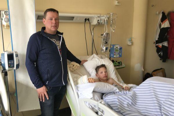Le jeune Dante à l'hôpital de Gap avec son père.