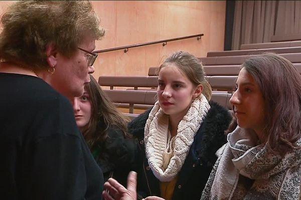 Léanne et ses camarade rencontrent Maria Baqué, rescapée du camp de concentration de RIvesaltes