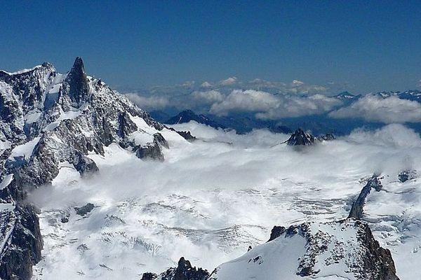 Le glacier du Géant, le Gros Rognon, la Dent du Géant et les aiguilles Marbrées vus depuis l'aiguille du Midi