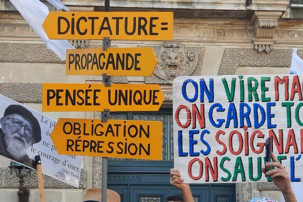Pancartes visibles à la manifestation contre le pass sanitaire, le 18 septembre à Montpellier.