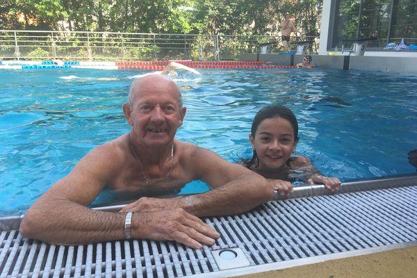Bernard 67 ans profite de la gratuité du bassin de Civray en compagnie de sa petite fille Clara