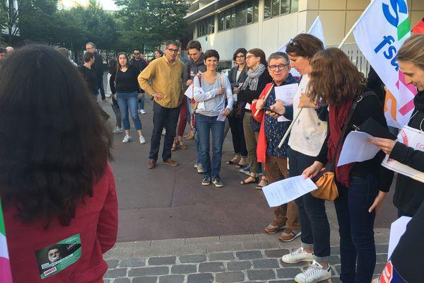 Les professeurs de l'académie de Rouen se sont rassemblés devant l'établissement Camille Saint-Saëns