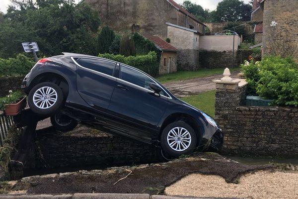 Une voiture renversée par une vague de boue à la suite des intempéries de la nuit du mardi 5 au mercredi 6 juin 2018 à Corlée en Haute-Marne.