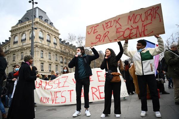 De manifestants rassemblés ce jeudi midi, à République.