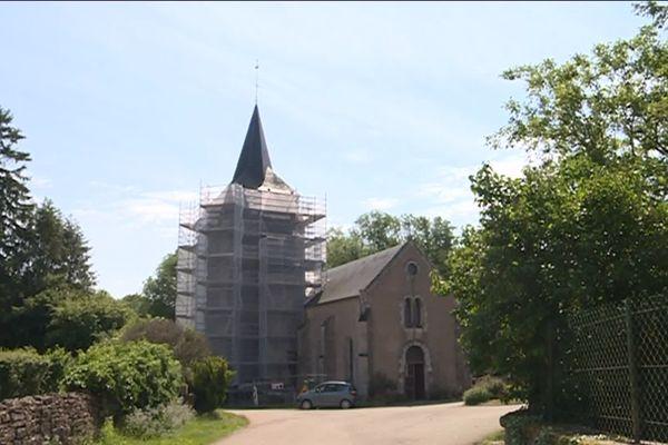 Le clocher de l'église d'Authiou (58) s'est paré d'un échafaudage. L'édifice, classé monument historique, va connaître plusieurs mois de travaux.