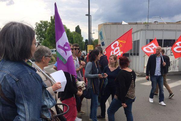 La mobilisation au urgences du CHU d'Angers ne faiblit pas. Ce vendredi 17 mai en début d'après midi, des tracts étaient distribués à l'entrée de l'hôpital.