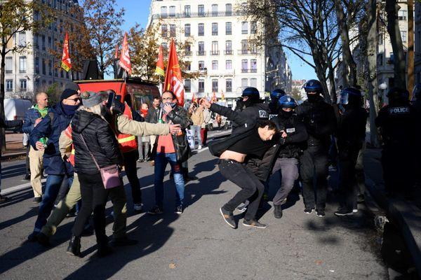 Deux policiers doivent comparaître devant le tribunal correctionnel de Lyon, le 10 décembre 2020. A.Naciri juge que les policiers devraient être plus nombreux à devoir répondre de leurs actes