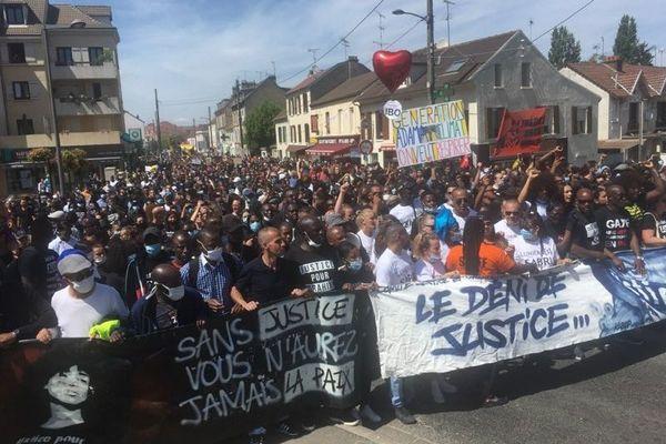 Quatre ans après la mort d'Adama Traoré, des milliers de personnes ont défilé à Beaumont-sur-Oise, dans un contexte nouveau de mobilisation contre les violences policières.