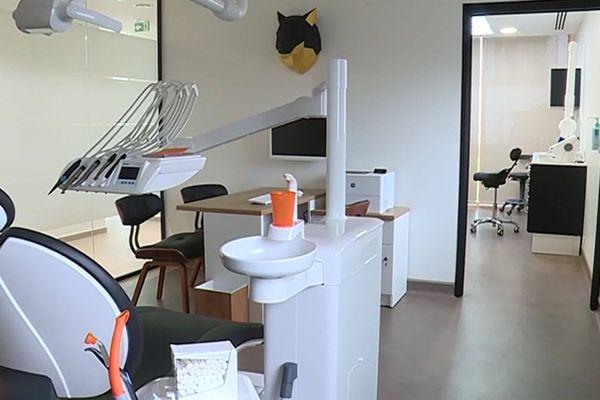 Depuis le confinement, un service de garde a été mis en place pour les urgences. Après avoir dû donner l'intégralité de leurs stocks de masque, impossible pour les chirurgiens-dentistes d'exercer leur profession.